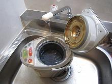 電気ポットに水を入れます
