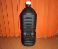 ペットボトルを黒の塗料スプレーで塗ります